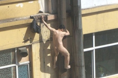 chinese-man-climbs-pipe-to-avoid-prostitution-arrest-06-560x373-3254399_0x410